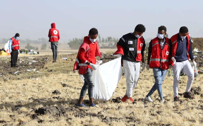 Une équipe de sauvetage ramasse les restes de passagers morts dans le crash du Boeing de la compagnie Ethiopian Airlines, à l'est d'Addis-Abeba, le 10 mars 2019.