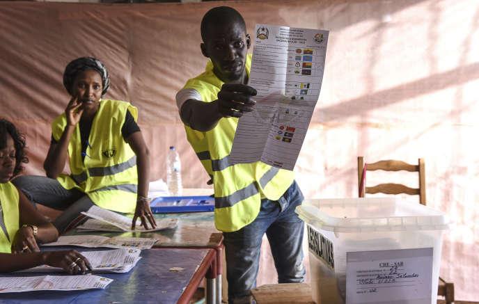 Un agent électoral à Bissau, le 10mars 2019.