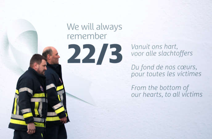 Une inscription placée dans le hall de l'aéroport de Bruxelles, à Zaventem, en hommage aux victimes des attentats survenus le 22 mars 2016, à l'aéroport.