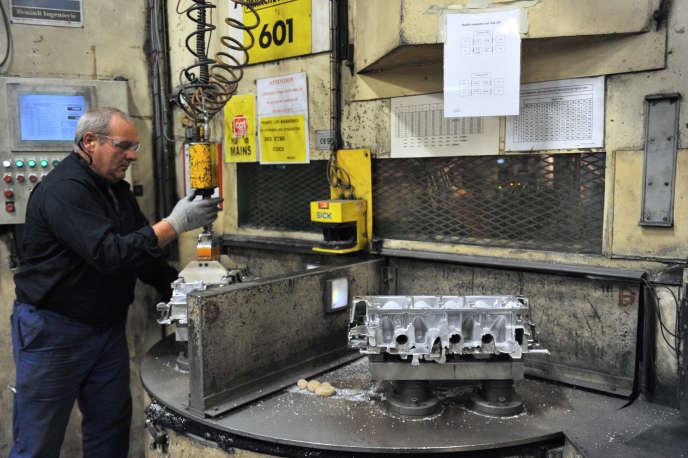 Un ouvrier travaille sur un cylindre, à la Fonderie du Poitou Fonte, en 2012.