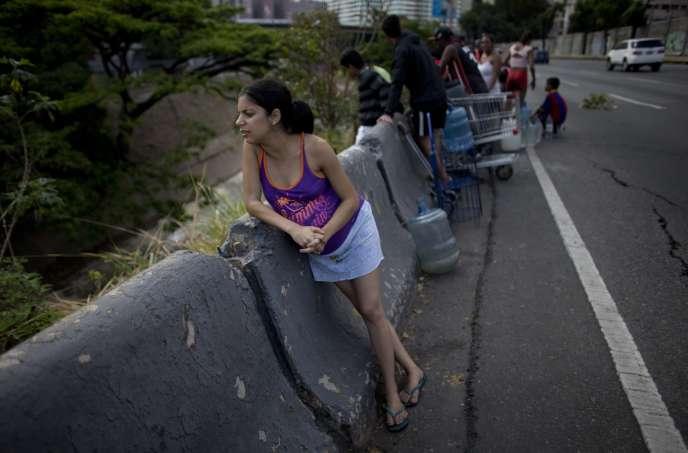 Une femme enceinte sur une autoroute, à Caracas, le 11 mars 2019.