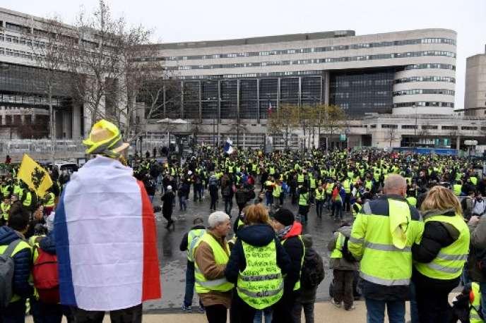 Des Gilets jaunes devant le ministère de l'économie et des finances, le 12 janvier 2019.