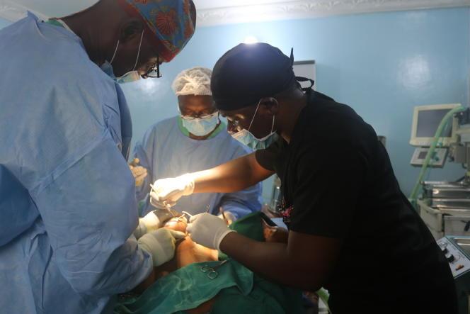 Opération d'augmentation mammaire au centre médical Hadassah, à Yaoundé, le 22février 2019.