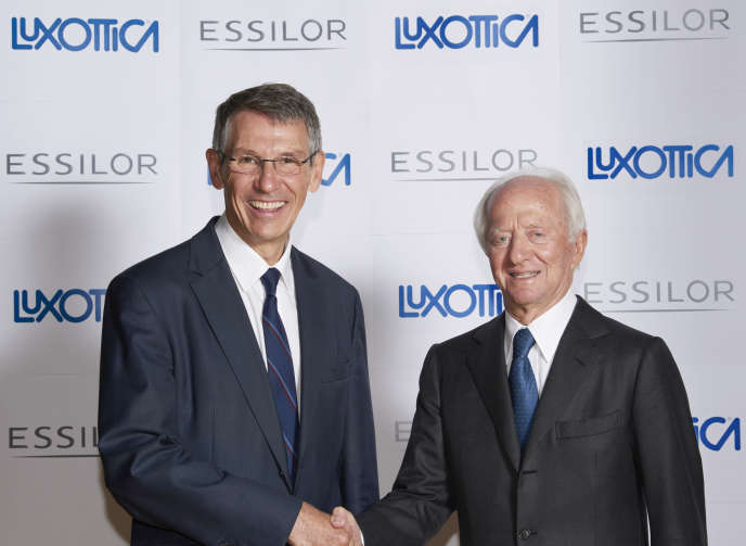 Le patron d'Essilor, Hubert Sagnières (à gauche), et le président-fondateur de Luxottica, Leonardo Del Vecchio, à Paris, en janvier 2017.