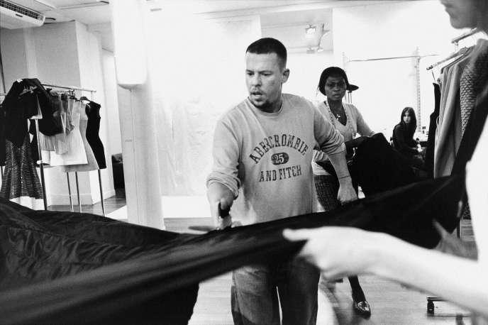 Le couturier Alexander McQueen dans le documentaire britannique de Ian Bonhôte et Peter Ettedgui.