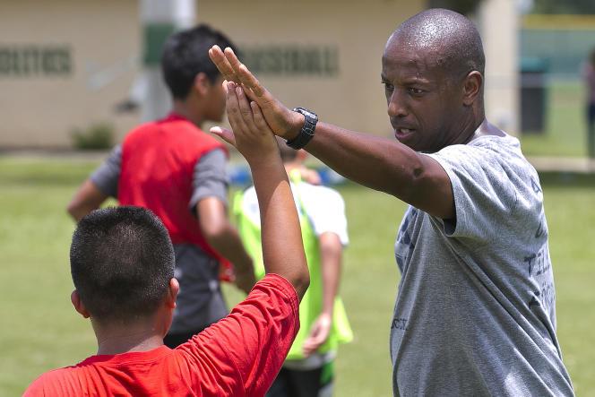 L'entraîneur de l'équipe féminine de football de l'université de Yale, Rudy Meredith, est accusé d'avoir recommandé l'admission d'étudiantes en échange de pots-de-vin versés par leurs parents.