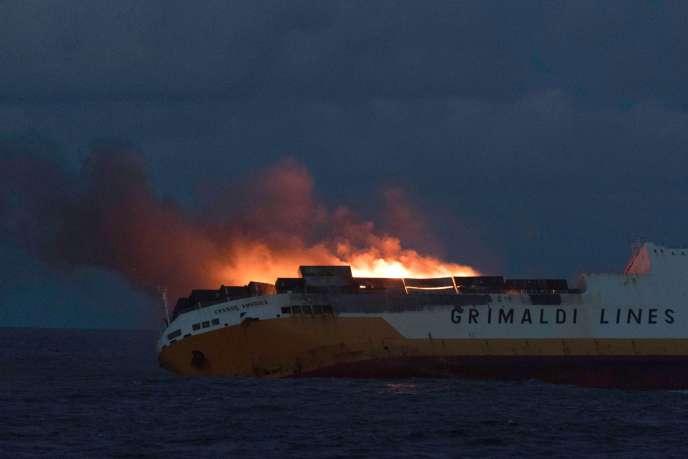Le navire italien « Grande-America» en flammes, au large de La Rochelle, le 12mars.