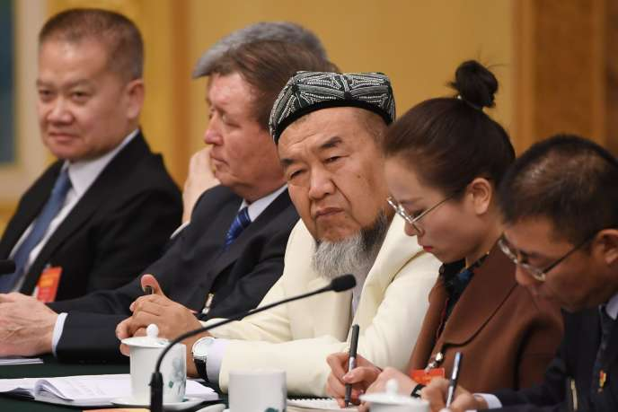 Un représentant ouïgour (au centre) assiste à la réunion de la délégation du Xinjiang à l'Assemblée populaire nationale qui se tient à Pékin, le 12 mars.