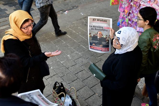 Des Algériens achètent des journaux, mardi 12mars.