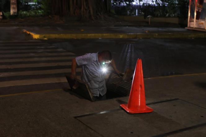 Un employé de Corpoelec, la société d'électricité d'Etat, vérifie un câble, à Caracas, le 11 mars.