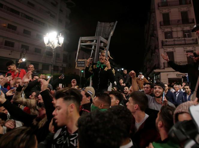 A Alger, après l'annonce d'Abdelaziz Bouteflika indiquant qu'il renonce à un cinquième mandat, lundi 11 mars.
