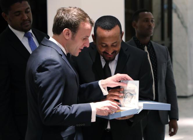 Le président Emmanuel Macron aux côtés du premier ministre éthiopien Abiy Ahmed, le 12 mars à Addis-Abeba.