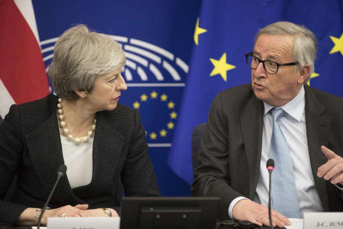Theresa May lors de sa rencontre avec Jean-Claude Juncker, à Strasbourg, le 11 mars.