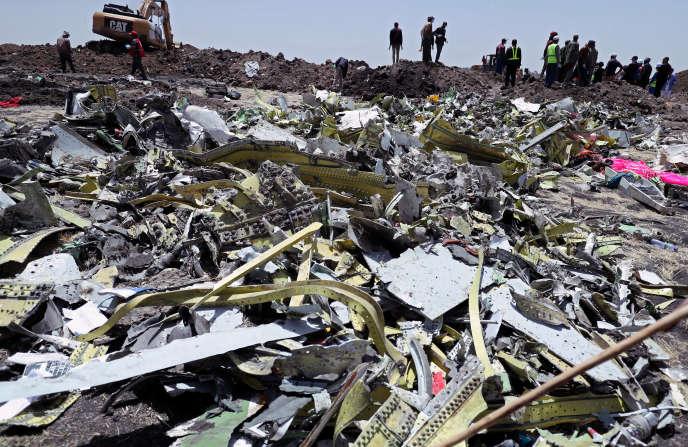 Des débris du crash de l'avion Ethiopian Airlines ET302, près de la ville de Bishoftu, au sud-est d'Addis-Abeda,le 11 mars.