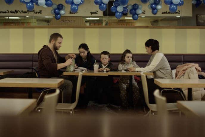 John Paul Davis, le père (Moe Dunford) et Rosie, la mère (Sarah Greene) avec trois de leurs quatre enfants dans« Rosie Davis», de Paddy Breathnach.