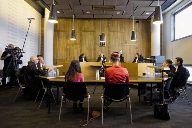Les plaignants écoutent le verdict devant le tribunal de La Haye, en juin 2015.
