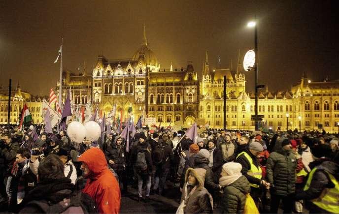 Le 12 décembre 2018, à Budapest, des milliers de manifestants protestent contre la réforme du droit du travail et l'autoritarisme du président, Viktor Orban.