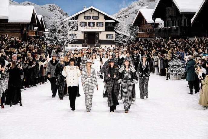 Le défilé Chanel s'est déroulé le 5 mars, au Grand Palais, transformé pour l'occasion en station de sport d'hiver. Un émouvant hommage a été rendu à Karl Lagerfeld.