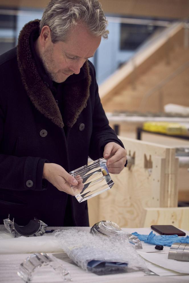 Ronan Bouroullec dans les ateliers Swarovski examinant un des 3060 blocs de cristal facettés et illuminés de Led qui habillent les fontaines.