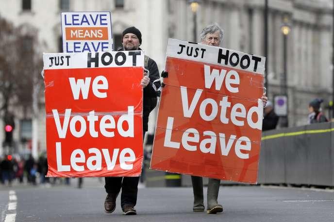 Des manifestants pro-Brexit, devant le Parlement, à Londres, mercredi 13 mars.