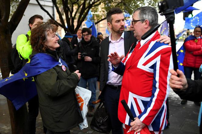 Des manifestants pro- et anti-Brexit, à Londres le 12 mars.