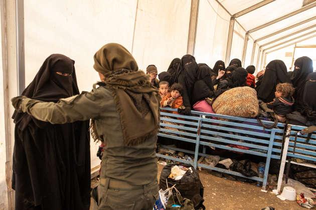 Les femmes ayant fuiBaghouz sont fouillées à leur arrivée au camp de transit d'Al-Hol avant d'être réparties dans différentes tentes ou envoyées vers d'autres camps.