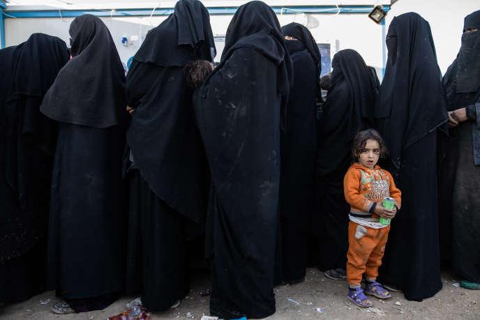 Une petite fille attend au centre médical du camp de transit d'Al-Hol (Syrie), le 8 mars.