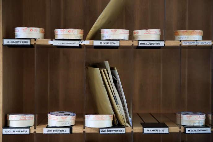 Les boîtes de camembert Gillot, dans les casiers des députés de l'Assemblée nationale, le 13 mars.