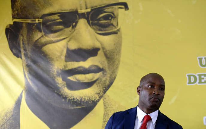 Joao Bernardo Vieira II, le porte-parole du PAIGC, devant le portrait d'Amilcar Cabral, fondateur du parti, lors d'une conférence de presse à Bissau, le 11 mars 2019.