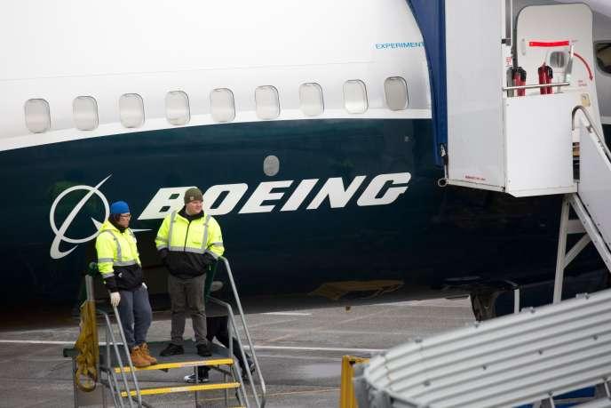 Des employés de l'usine Boeing à Renton, aux Etats-Unis, le 12 mars près d'un 737MAX9.