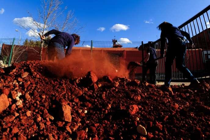 Depuis fin 2015, Alteo a cessé ses rejets en mer de boues rouges solides, mais l'entreprise y rejette toujours un effluent liquide