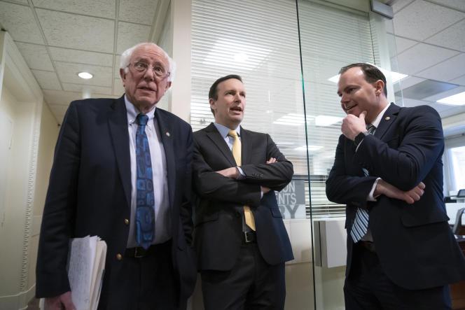 De gauche à droite : le sénateur indépendant du Vermont Bernie Sanders, le sénateur démocrate duConnecticut Chris Murphy et le sénateur républicain de l'Utah Mike Lee, au Capitole à Washington, le 13 mars.