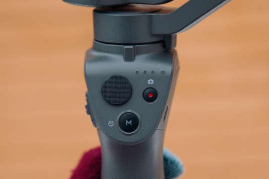 L'Osmo Mobile 2 a peu de boutons, ce qui simplifie son usage mais contraint également à toucher l'écran du smartphone plus souvent.