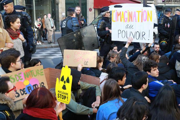 Manifestation pour le climat de lycéens et d'étudiants devant le ministère de l'écologie, à Paris, le 15 février 2019.