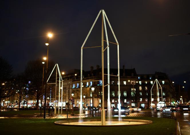 Trois des six fontaines lumineuses en cristal et alliage de bronze et aluminium.