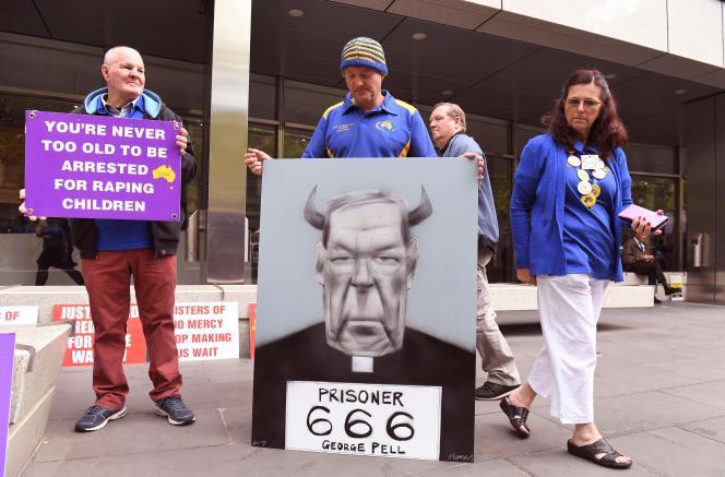 Devant le tribunal de Melbourne, des victimes d'abus sexuels de la part de membres de l'Eglise catholique manifestent alors qu'est prononcée la sentence contre le cardinal Pell, le 13 mars.