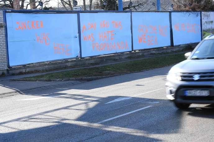 Sur la route de l'aéroport de Budapest, le pouvoir hongrois a fait masquer ses affiches anti-Bruxelles.
