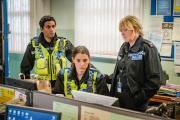 Sarah Lancashire (à droite) interprète Catherine Cawood, sergent de police au cœur gros et quinqua au caractère trempé.