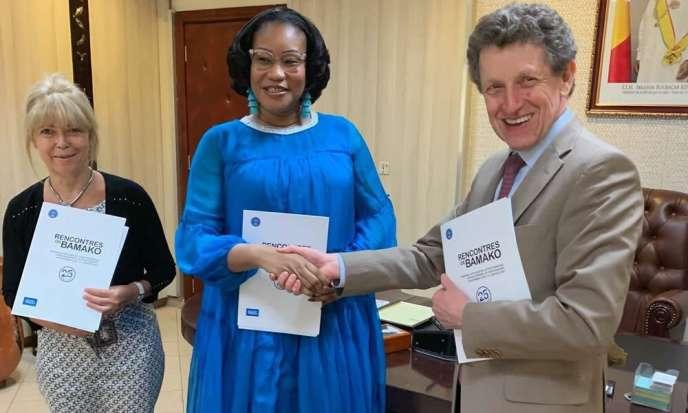 З N'Diaye Ramatoulaye Diallo, міністр культури Малі, і Франсуаза Джанвіті, директор Французького інституту в Малі, під час підписання угоди про партнерство з організації 12e видання Bamako Зустрічі, 5 березень 2019.