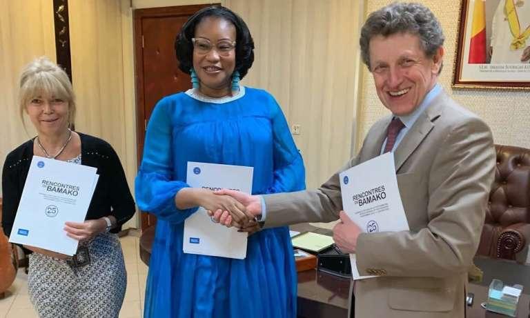 Avec N'Diaye Ramatoulaye Diallo, ministre de la culture du Mali, etFrançoise Gianviti, directrice de l'Institut français au Mali, lors de la signature d'une convention de partenariat pour l'organisation de la 12e édition des Rencontres de Bamako, le 5mars 2019.