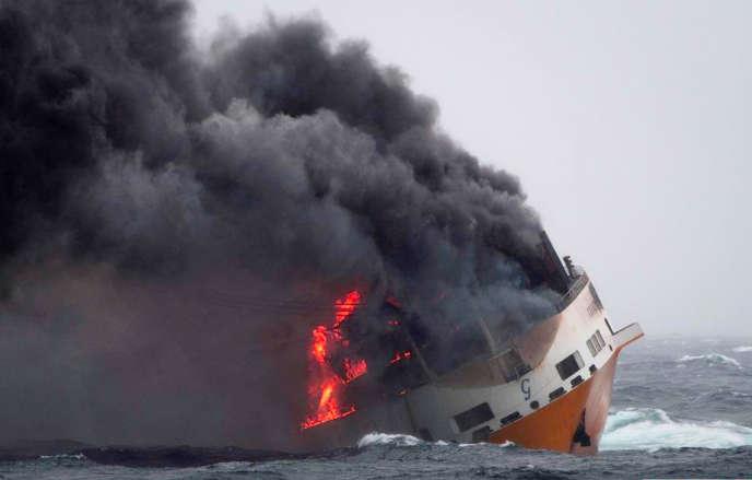 Le navire«Grande-America» en flammesavantson naufrage dans le golfe de Gascogne, à 333 kilomètres des côtes françaises, le 12 mars.