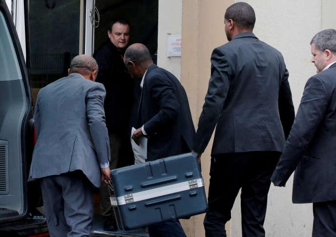 Les boîtes noires du vol Ethiopian Airlines, à leur arrivée au Bureau d'enquêtes et d'analyses, au nord de Paris, le 14mars.