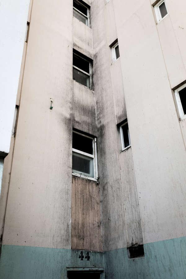 Une fuite d'eau chaude a été signalée dans le local sanitaire, juste au-dessus de l'appartement d'Ali, au rez-de-chaussée du bâtiment 44.