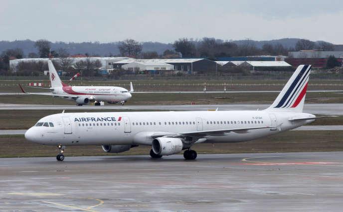 Un Airbus d'Air France à l'aéroport de Lyon-Saint-Exupéry, le 14 mars.