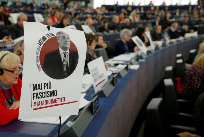 Le portrait du président du Parlement européen Antonio Tajani, portant l'inscription « plus jamais de fascisme», sur le bureau d'un membre du Parlement, à Strasbourg, le 14 mars.