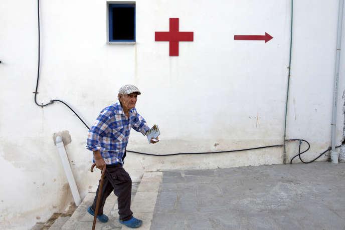Un homme se rend dans un centre médical sur l'île de Thymaina, en Grèce, le 11 mai 2017.