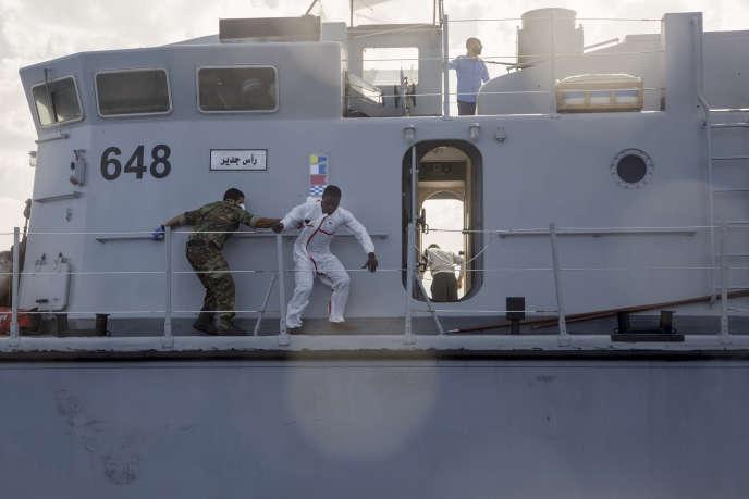 Un migrant tente d'échapper à un garde-côte libyen, le 6novembre 2017.