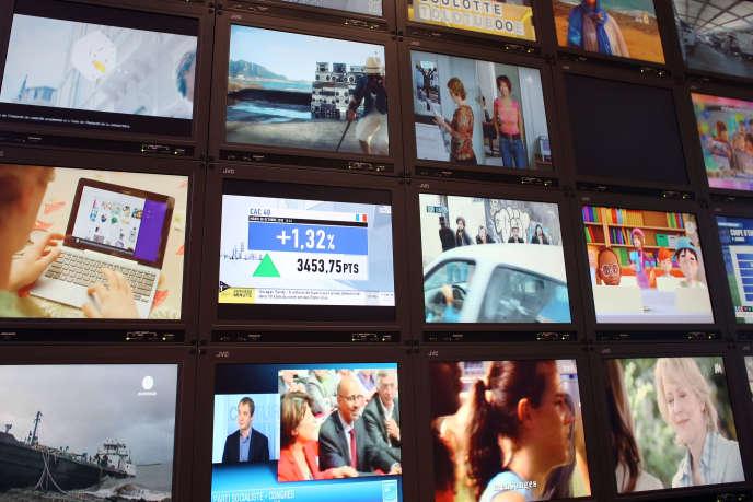 Une photo prise le 30 octobre 2012 à Paris montre un mur d'écrans de télévision au siège de Mediametrie, une société de sondages.