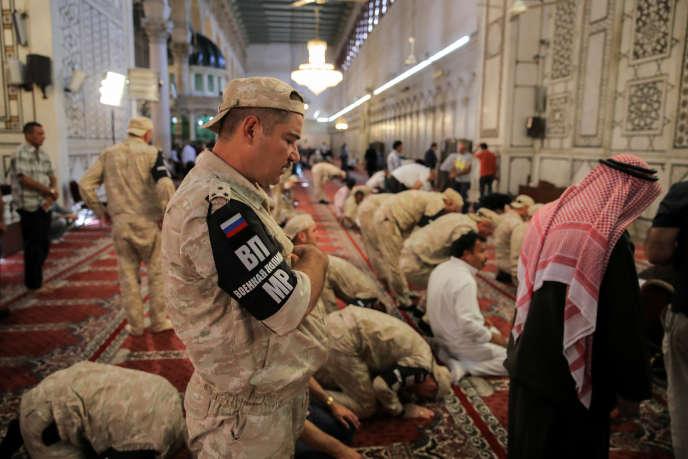 Soldats russes en prière dans une mosquée de Damas, le 14 septembre 2018.