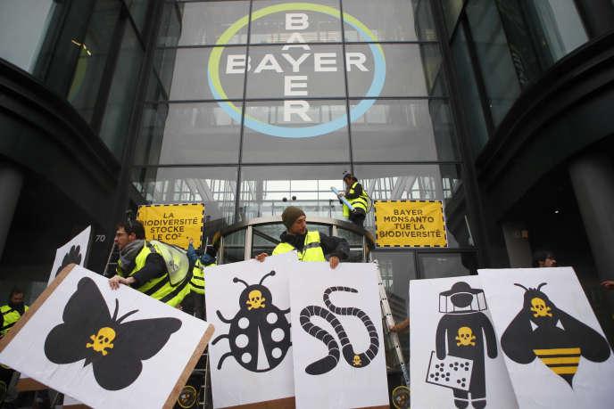 Manifestation en mars devant le siège français de la firme Bayer.